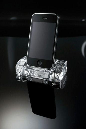 Мобильный телефон с док станцией - iPhone 4